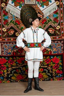 Costum popular barbat Somes mic cu palarie cu patru randuri de pene de paun